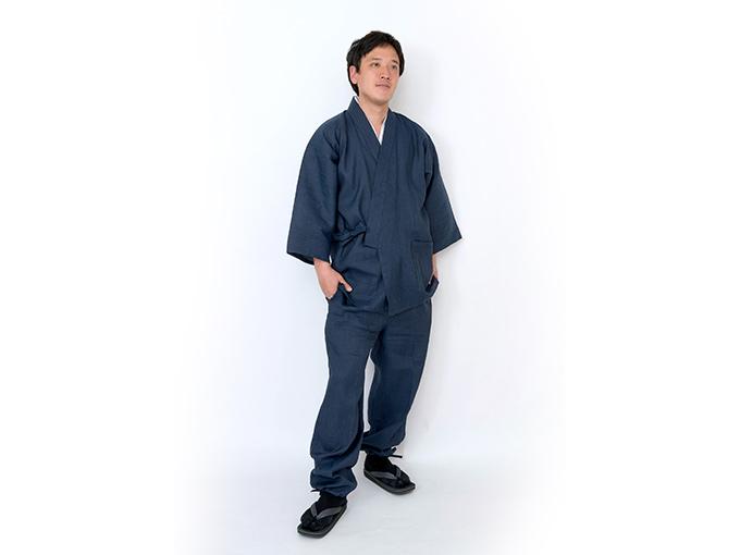モデルは身長173cm 体重68kgでMサイズの作務衣を着用しています