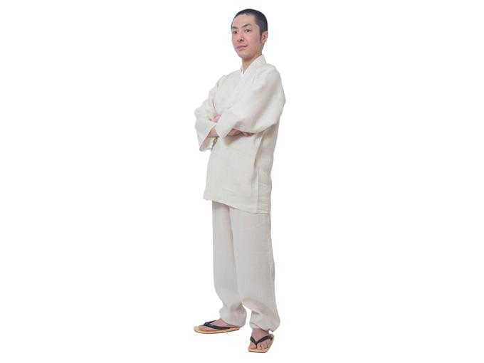 モデルは身長168cm 体重57kgでMサイズの作務衣を着用しています。