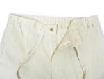 ズボンは後ろゴムで、前を紐でとめるタイプ。チャックもしっかりついている本格丁寧な作りです。