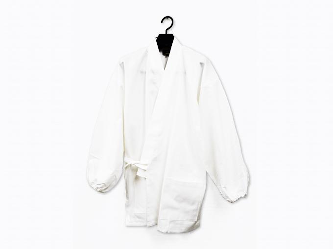 ななこ織作務衣 白 上着ハンガーがけ