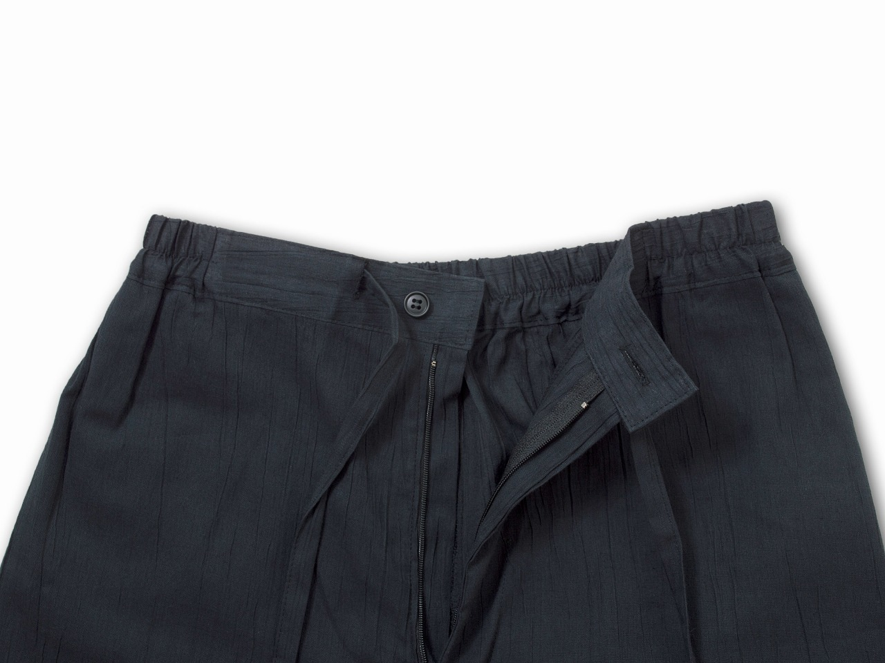ズボンの右後ろにも大き目のポケットがついて、普段着としても活躍します。