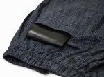 ズボンの右後ろにも大き目のポケットがついています。