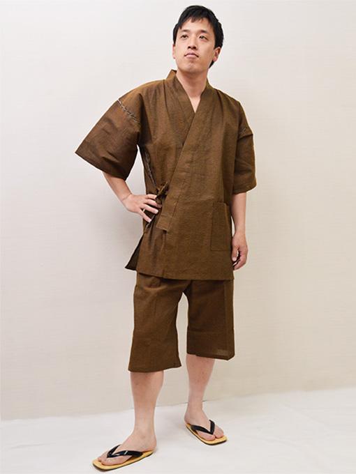綿モデルは身長173cm 体重68kgでLサイズの甚平を着用しています。