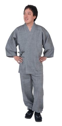 モデルは身長173cm 体重68kgでLサイズの作務衣を着用しています。