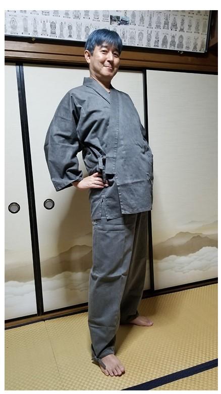 着用商品…備長炭作務衣・グレー色・Lサイズ 着用者身長…178cm・体重78kg 肌はもともと強い方ではないため普段から自然素材を着用しますがこちらの作務衣も違和感なく最初から素肌に馴染むようで着心地が良いです。お腹回り気になるウエスト83cm・股下82cmですがゆとりはある感じです。着物や浴衣とは違い動きがある粋な作務衣のファンになりそうです。炭グレーが気に入り通年素材の綿100を選びましたが夏素材の麻タイプを検討中です。