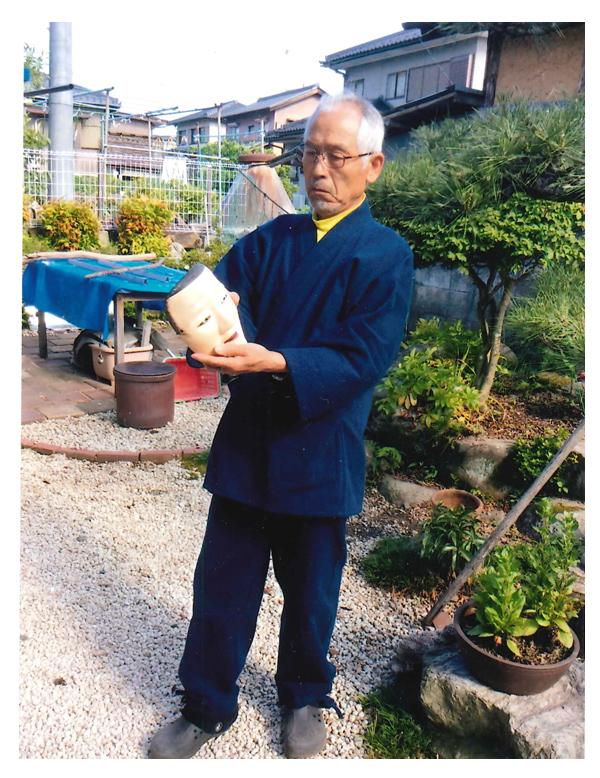 五月の連休中に中山道太田宿の会館にて私の初めての能面展を行いました。作務衣を来て皆様方に能面の説明を致しました。たくさんの方々においで頂いて幸せでした。何枚かある中で濃紺刺子は私のお気に入りになりました。感謝をこめて写真を送ります。