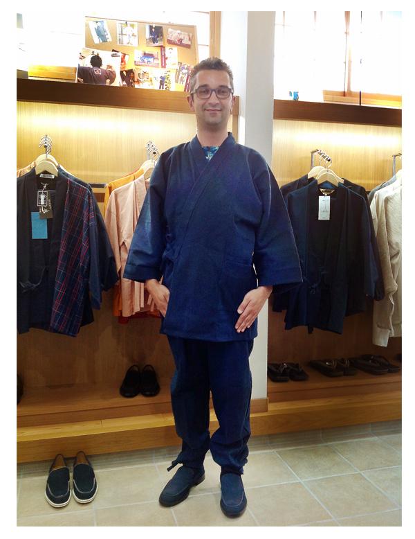 住んでいるパリで着用予定です。地厚刺子作務衣 紺・作務衣シューズ 紺