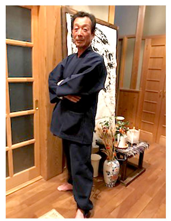 地厚刺子作務衣 身長  170㎝    体重  62キロ 地厚でしっかりした生地なのに、軽くて温かい。Lサイズを買ったゆったりと着れて着心地が良い。8月に作務衣を購入し、その着用写真をプリントしましたので同封いたしました。