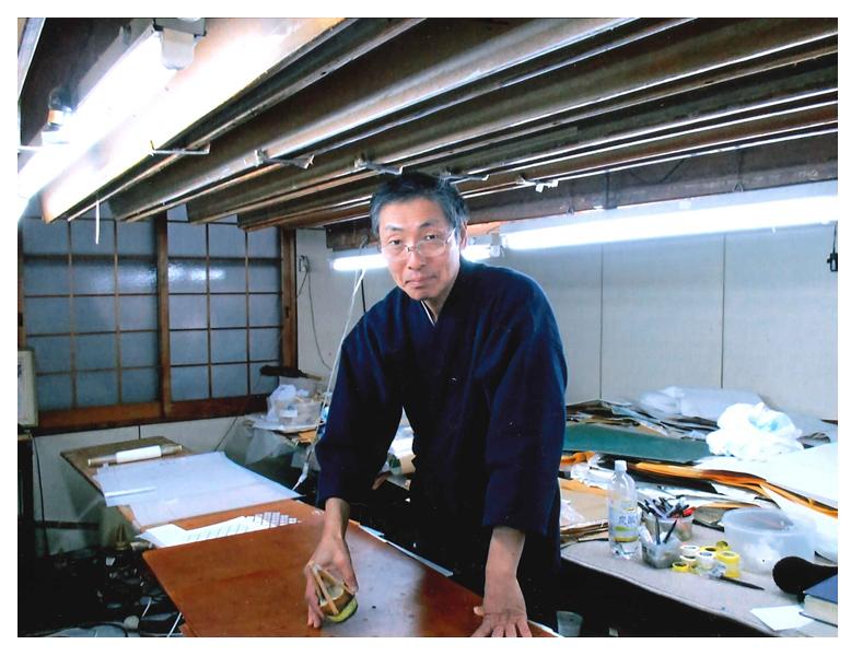 太刺子の作務衣を買い、風合いがとても良く、喜んでおります。私は京都で京友禅型染できものを染めております職人です。型紙を使い刷毛に染料をつけて染めている写真をお送り致しました。染めの体験をお客様にして頂いている為、作務衣が必需品です。剣道も少々しており(四段)剣道着に似た作務衣がうれしいです。