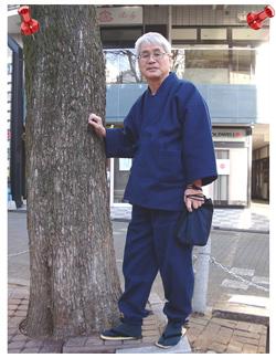 本藍染刺子織作務衣 濃紺 M 【身長 172㎝  体重 65㎏】 昨年の暮れに購入し、正月に近くの神社まで出かけたときの写真です。色合いが深く、柔らかい感じの中に重厚感があって体にしっとり来る感じがいいですね。
