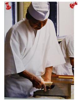 綾織作務衣 7番色白 Mサイズ 身長 168センチ 体重 56キロ 買わせていただきました作務衣でのそば打ちです。皆様から好評です。高いのとかどうしたら買えるのとか袖が長いとか、いろいろ意見がありました!結局良かったんじゃないですか⁉️特に袖の長さですかね