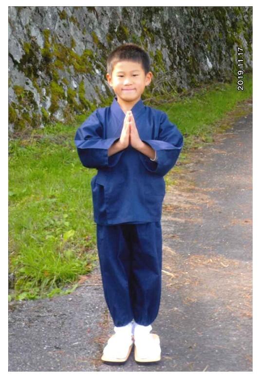 子供用綾織作務衣 サイズ:120cm、カラー:No.1 紺/学校の発表会でお寺の住職役で使用させていただきました。我が家はお寺なのですが、子どもは作務衣をもっていませんでしたので、とても助かりました。本人も友達、先生方、見に来て下さった檀家さんからも大好評で本当に嬉しかったです。劇は「名前を見てちょうだい」というお話を地元版にアレンジしたもので、かぶっている帽子がキーアイテムです。