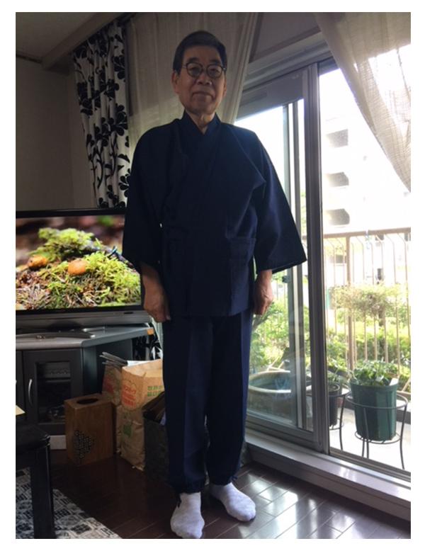 綿麻しじら作務衣 濃紺/L 6月に主人の誕生日プレゼントとして購入しました。主人は、普段から作務衣を着ておりますが、今まであまり質の良いものは持っていませんでした。ネットで和粋庵のことを知り、購入させていただきました。とても気に入ってくれ、よそ行き用にすると、今日初めて着てくれたので、写真を撮りました。普段は、写真を撮られることが嫌いな主人ですが、笑顔でポーズをとってくれました。