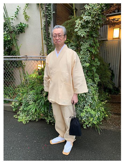 綿麻しじら作務衣・ベージュ・M、 刺子織信玄袋 No.6 黒/身長:170cm 体重63kg/夏用の作務衣として購入。実は同じ製品の2着目で、とにかく夏にはお気に入りの1着。同じ製品で、グリーンや濃紺も持っており、その肌触りと通気性の良さに惚れ込んでいる。暑がりの自分にとって、爽やかさを感じられる夏の定番。