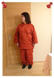 絣紬作務衣 No.15 エンジ・L/身長:156cm/身長の割に大きめサイズを購入したので、丈が長くなりすぎないか、心配でしたが、ゆったり体型とも相まって、少し長めですが、自分的にはピッタリでした。暑い時には涼しく、涼しい時には温かいのが、嬉しいです。日本の四季を感じる衣類と思いました。また、最近、色々な洋服が、縫い代などを極めて小さくしているのが悲しかったのですが、縫い代をしっかりとった縫製も、好感度が高いです。