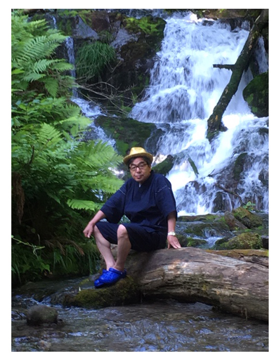 綿麻楊柳甚平 No.1 濃紺・M/7月中旬、ようやく夏らしい天気になり、旅館に着くなり甚平に着替え周辺を散策しました。写真は不動の滝で撮ったもので水の冷たさに顔が引きつっています。楊柳甚平は家族や旅館の人、皆に好評でした。
