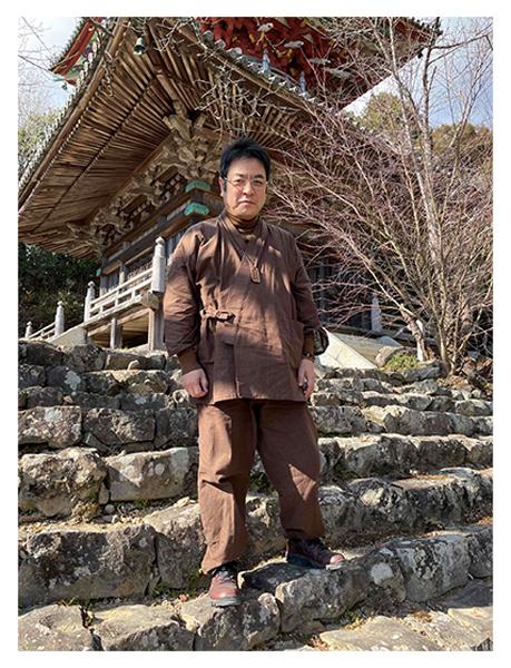 絣紬作務衣 No.3 濃茶・L/身長:164.5cm・体重:76Kg/以前、楽天を通じて、カイハラデニム・シャンブレー作務衣を購入し、生地も柔らかく、着やすく、ネーム入りで、普段着として着ても動き易いことから、和粋庵さんの商品は大変気に入っておりました。今 年の冬は袢天を買い損ねましたが、今年の年末は購入したいと思います。