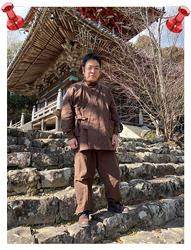 絣紬作務衣 No.3 濃茶・L/身長:164.5cm・体重:76Kg/以前、楽天を通じて、カイハラデニム・シャンブレー作務衣を購入し、生地も柔らかく、着やすく、ネーム入りで、普段着として着ても動き易いことから、和粋庵さんの商品は大変気に入っておりました。今年の冬は袢天を買い損ねましたが、今年の年末は購入したいと思います。