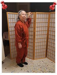 絣風女性無地作務衣 No.2 赤・M/身長:150cm/リラックスタイムや、家事の時、日常着として着ています。これを着ると、くつろげます。サイズ感は、ちょうどぴったりなのですが、作務衣の特性からか、ゆったりした気分で着る事ができています。