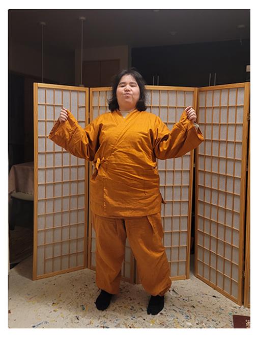 絣紬作務衣 No.16 オレンジ・L/身長:156cm/2着目の絣紬作務衣です。リラックスウエアとして大活躍しています。明るい色の作務衣で、気分まで明るくなる感じがします。思いの外寒い季節から着れて、驚いています。