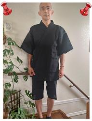 近江ちぢみ本麻甚平  No.4 黒・L/身長:177cm・体重:61Kg/ゆったりした着心地で、今の季節にちょうどいい感じ。痩せ型の体型でウエスト76cmですが、Lサイズのズボンのボタンを掛けるとキツめです。使いこんでゴムが伸びれば良いかも。上衣は、ゆったりして丁度良いです。