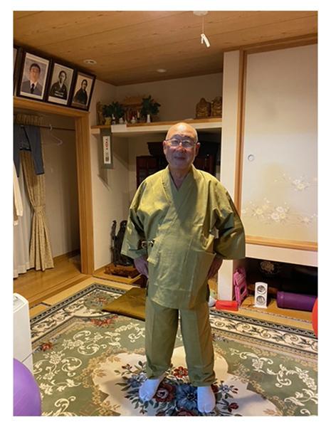 絣紬作務衣 No.5 うぐいす・L/身長:170cm・体重:85Kg/サイズピッタリで着やすい。全国道の駅巡り挑戦中、コロナの収束祈願を作務衣着用で寺社詣でに行って来ます。