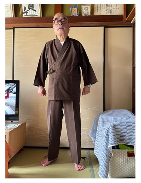 手紡ぎ風・遠州織作務衣 No.65 濃紺・M/身長:168cm・体重:67Kg/軽くてサイズ感も丁度良く、着心地がとても良いです。色合いも好みで、洗濯をしてどのように変わるのか楽しみです。