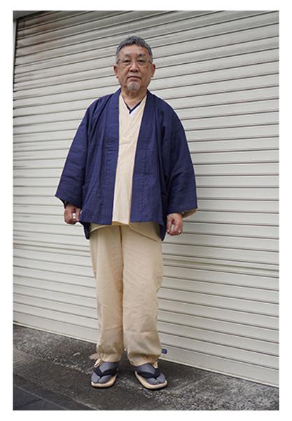 綿麻楊柳作務衣 No.77 ベージュ・M、近江ちぢみ本麻ジャケット No.1 濃紺(※Lサイズ 裄丈お直し品)/身長:165cm・体重:65Kg/サイズ感はジャストです。下に肌襦袢を着ています。初秋で日が出ると、動いた際少し暑く感じることもありますが、とてもさわやかな気分で着ています。
